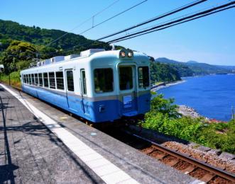 伊豆半島を走る普通列車